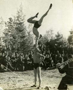 Акробаты. Выступление концертных бригад. 1941 г.