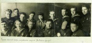 Актеры ТКБФ с медалью За боевые заслуги. 1942